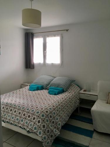 Chambre, lit double, draps, serviettes, confort, repos, nuit